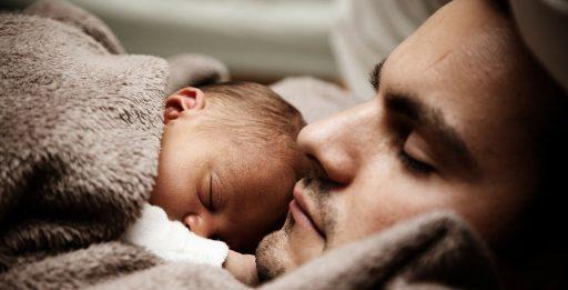 bebe durmiendo con papa